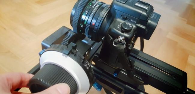 Kamera mit Follow-Focus zur manuellen Schärferegelung
