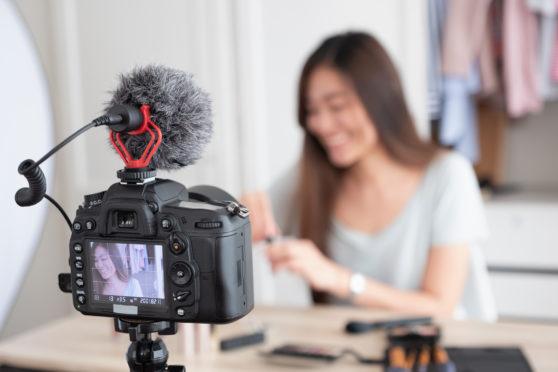 Eine Frau produziert selbst ein Video | © Fotolia.com