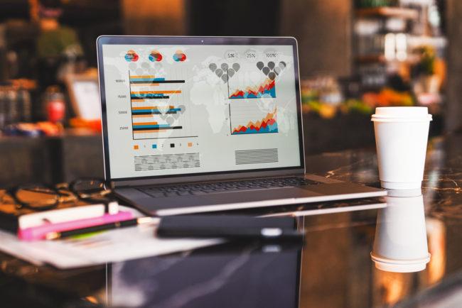 Geöffneter Laptop mit Grafiken und Charts auf Display