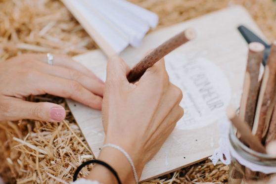 Frau schreibt etwas mit der Hand